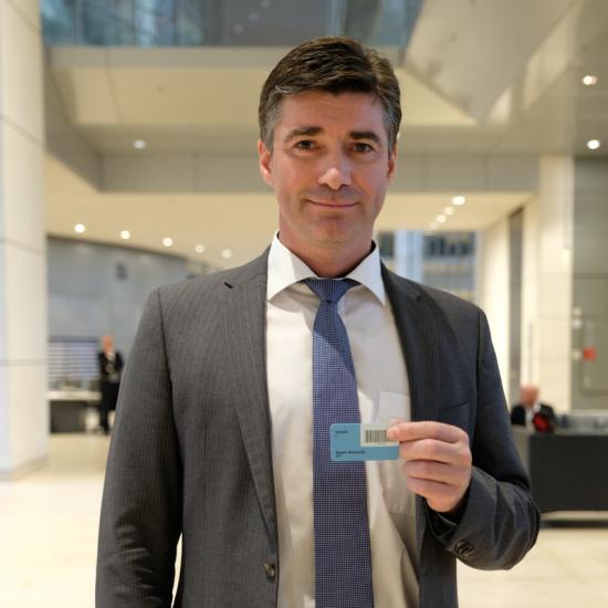 Hagen Reinhold mit Stimmkarte