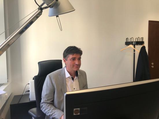 Reinhold am Schreibtisch